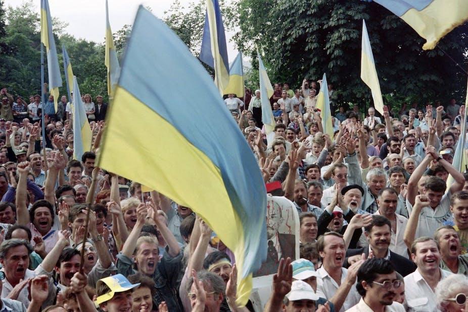 Foule ukrainienne célébrant l'indépendance à Kiev en 1991