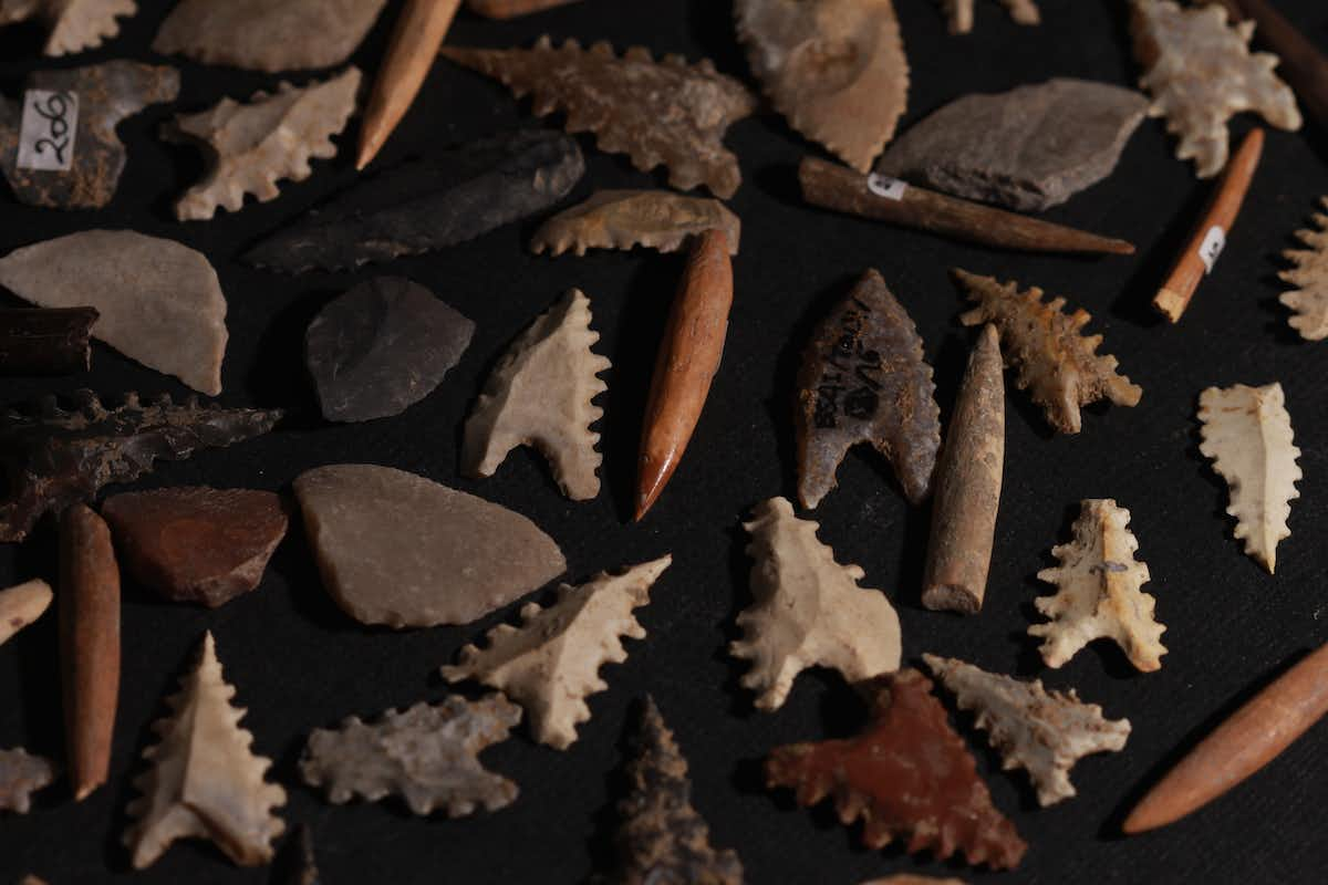 Toalean stone arrowheads (Maros points), backed microliths (small stone implements that may have been hafted as barbs) and bone projectile points. These artefacts are from Indonesian collections curated in Makassar and mostly comprise undated specimens collected from the ground surface at archaeological sites. Basran Burhan