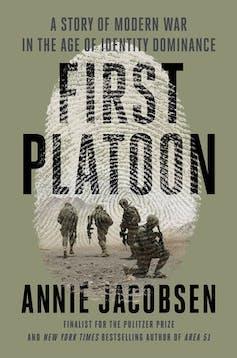Copertina del libro che mostra un'impronta digitale sovrapposta al titolo e un'immagine di quattro soldati