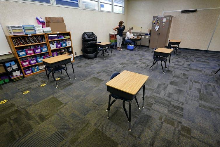 Des pupitres dans une salle de classe