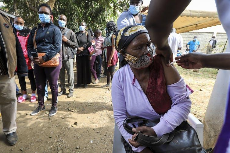 Una persona siendo vacunada contra el COVID-19 en Kenia
