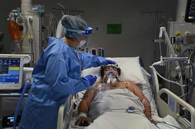 COVID patient in ICU with nurse attending