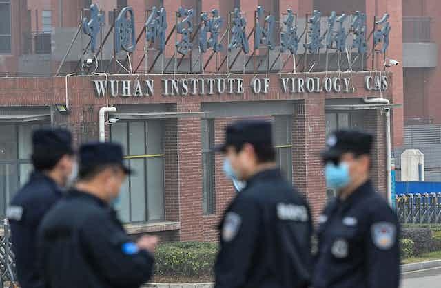 Des gardes sont postés devant l'institut de virologie de Wuhan en février 2021