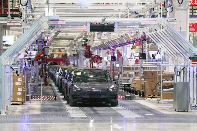 Coches en la línea de producción de la gigafábrica de Tesla en Shanghái