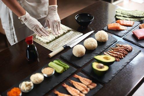 cocinero haciendo comida japonesa.