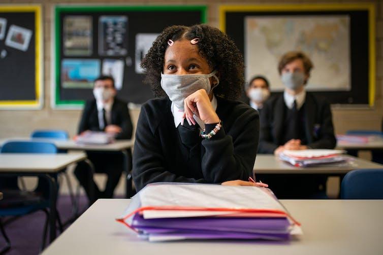 Les élèves de 11e année portent des masques en classe