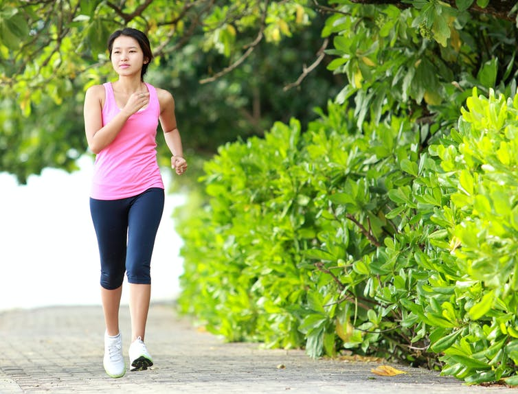Une femme marche d'un pas rapide