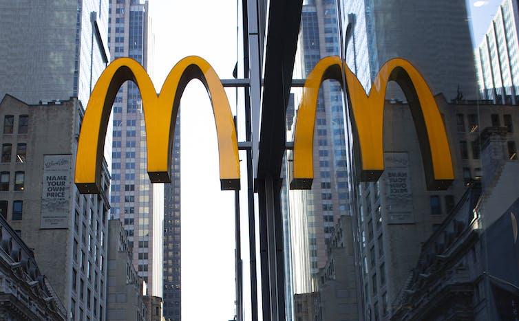 McDonald's signe des arches d'or à New York.