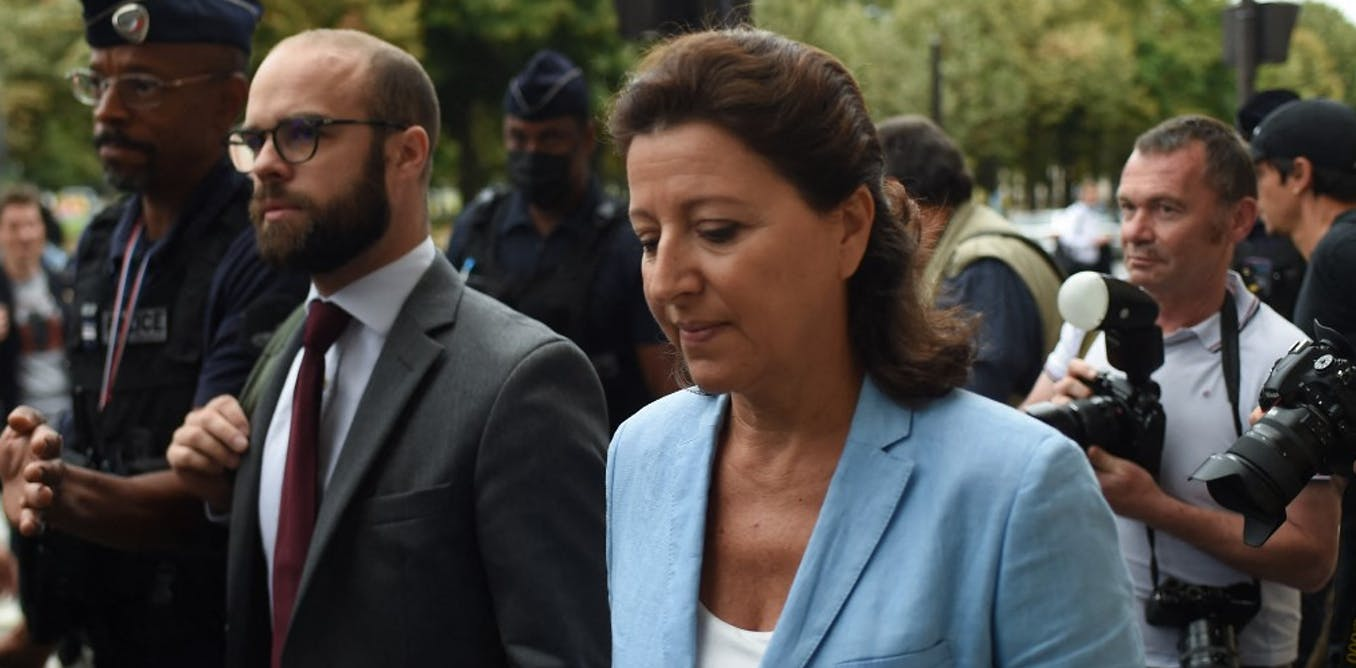 L'ancienne Agnes Buzyn qui a démissionné en février 2020 au début de la crise de Covid-19 en France arrive avec son avocat à la Court de justice de la République début septembre 2021, où elle est entendue quant à sa gestion de la crise.       Lucas BARIOULET / AFP