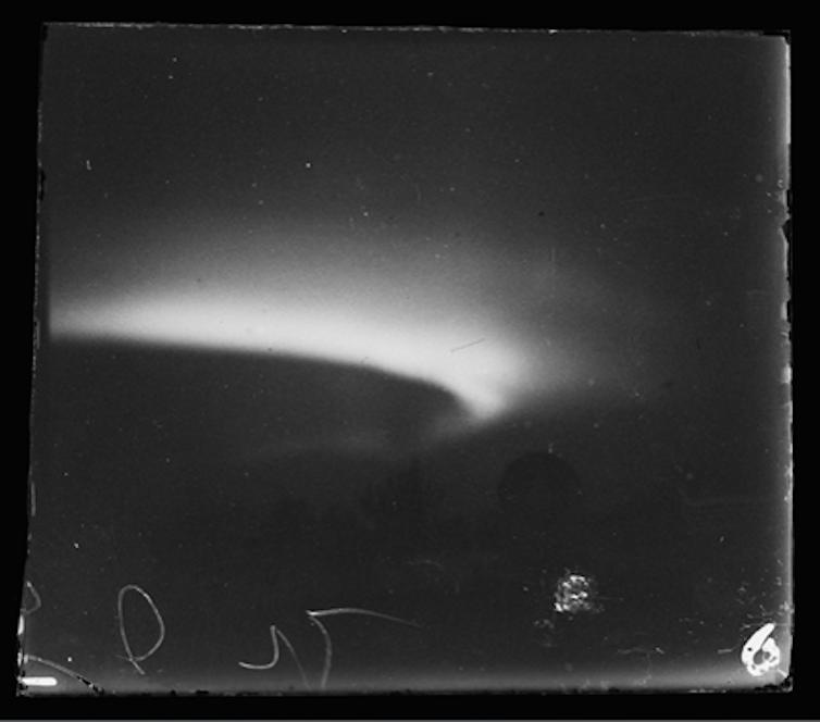 Une image en noir et blanc de l'aurore