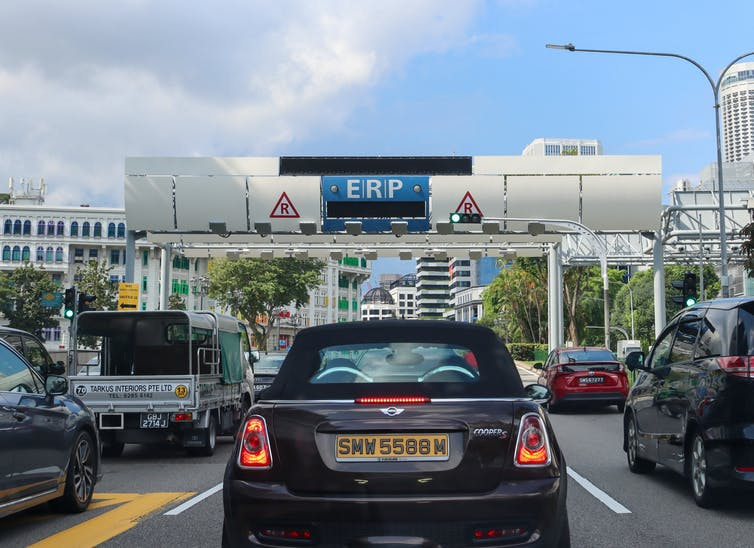 Une voiture utilisant le système de tarification routière de Singapour
