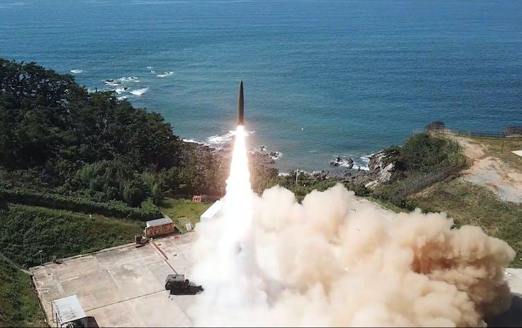 Un missile balistique lancé depuis une base côtière.