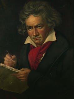 Retrato de un hombre escribiendo en un cuaderno.