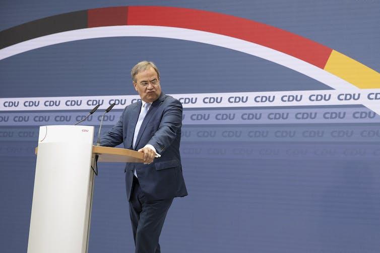 Armin Laschet faisant une grimace mécontente lors d'une conférence de presse.