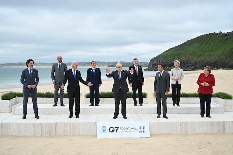 Boris Johnson pose devant d'autres leaders du G7sur une plage
