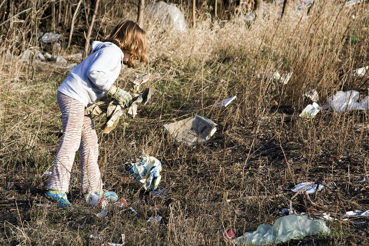 A day to atone: picking up trash on Earth Day. Photo: Wes Peck, CC BY-ND